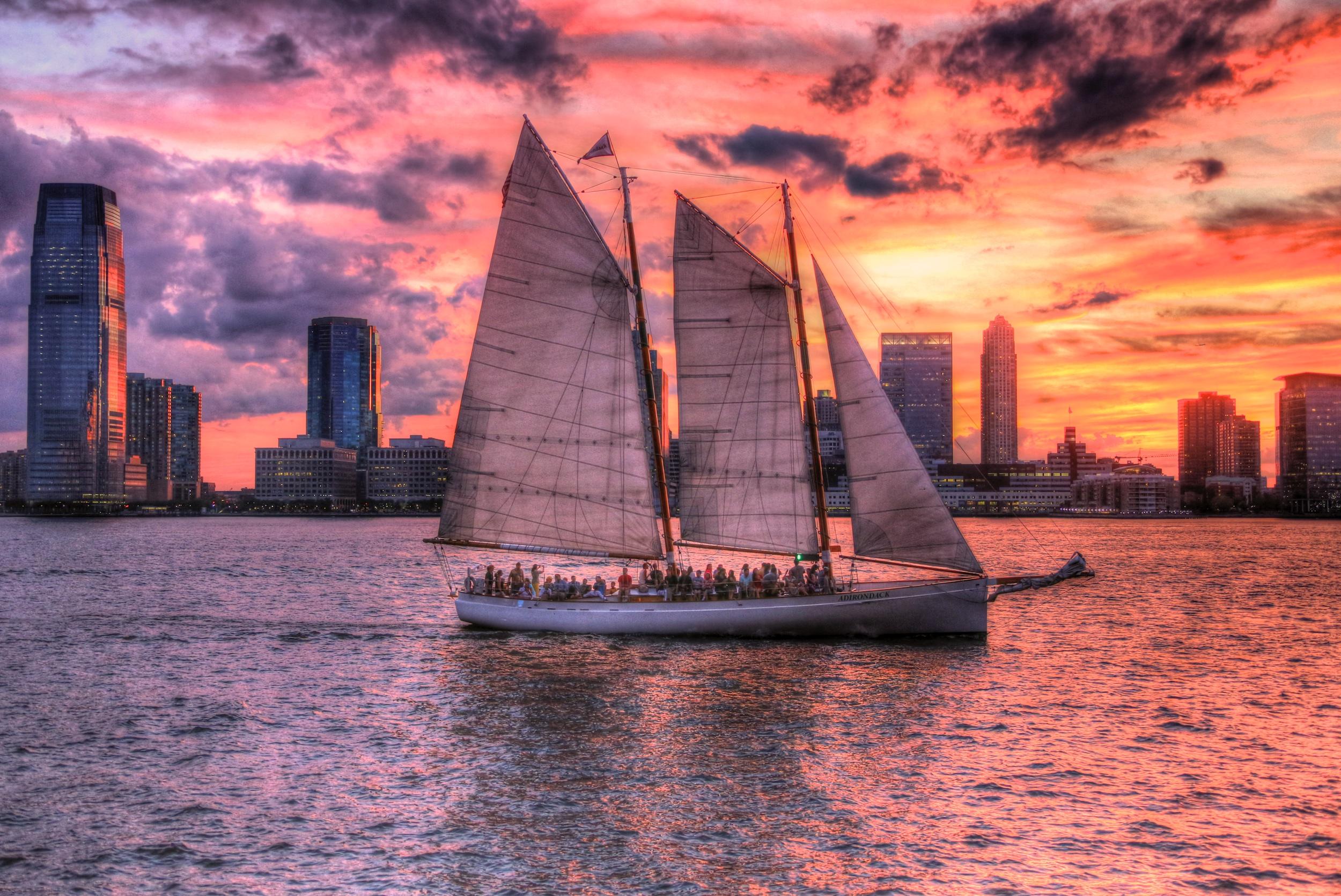 Sonnenuntergang mit Segelboot