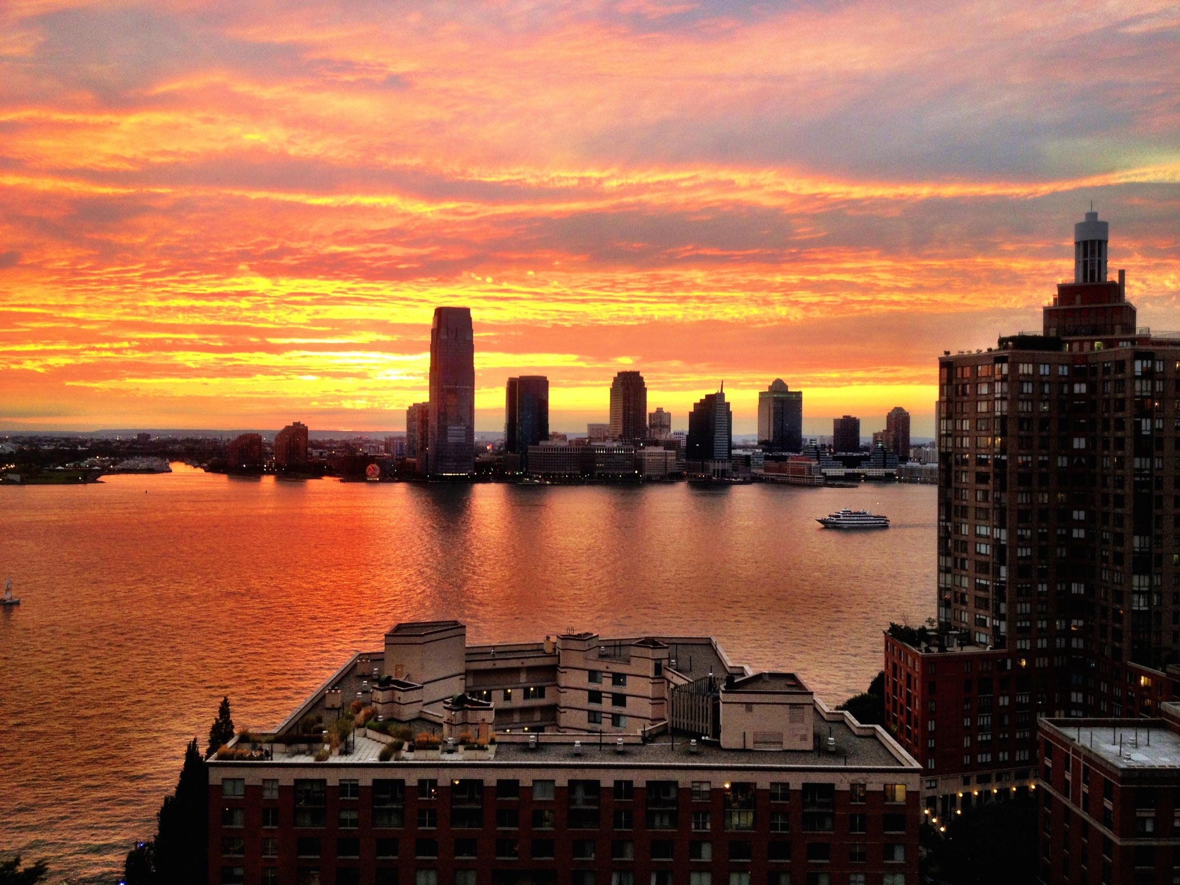 Ein glutroter Sonnenuntergang am Hudson River