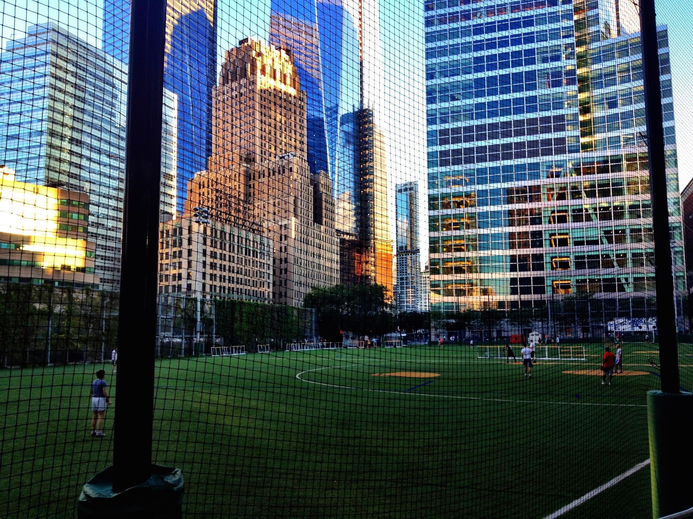 Ein toller Sportplatz im Hochhausdschungel in Battery Park
